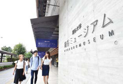 ミュージアム正面を歩く学生