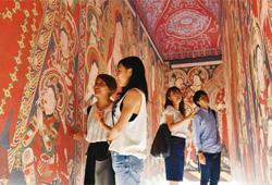 ベゼクリク石窟を鑑賞する学生