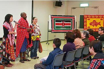 日本での講演活動。左が夫のジャクソンさん 前へ校友クローズアップ一覧次へ